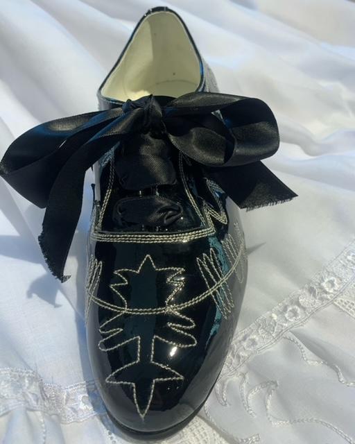 zapato charol bordado